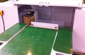 Линия шлифовки фасадов, поверхность рабочих столов и конвейера выполнена из материала препятствующего проскальзыванию